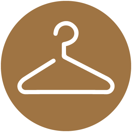 Kleiderschrank mit Kleiderbügeln